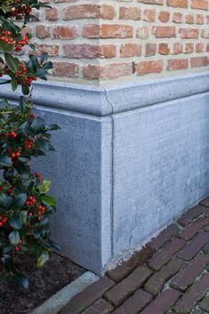 Steenkapper - Huybrechts bvba - plint handopgekapt getailleerd arduin Belgische blauwe hardsteen moluur bovenaan