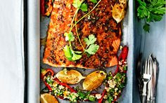 marokkaanse zalm met geroosterde paprika Dutch Recipes, Fish Recipes, Seafood Recipes, Dinner Recipes, Healthy Recipes, Good Food, Yummy Food, Mediterranean Recipes, Fish And Seafood