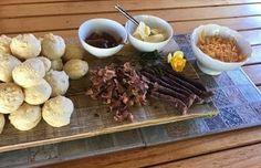 Vinnig, maklik en lekker! South African Recipes, Scones, Beef, Tie Shoes, Food, Meat, Tying Shoes, Essen, Meals