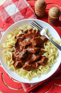 Easy Crock Pot Beef Goulash is the perfect comfort food recipe! So easy to make with the slow cooker! Thick and hearty this recipe is a family favorite! Served with egg noodles and perfect for leftovers. You could also serve this with rice or your favorite pasta or potatoes! Our take on the famous Hungarian Goulash we all know and love. Slow Cooker Goulash Recipes, Slow Cooker Beef, Ground Beef Recipes Easy, Healthy Crockpot Recipes, Cooking Recipes, Cooking Pork, Instant Pot, Comfort Food, Beef Dishes