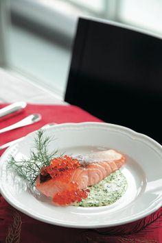 サーモンのエルミタージュソース。身近な鮭で、ふだんのレシピにも使えそうな一品。/フレンチ風のクリスマスのごちそうディナー(はんど&はあと12月号)