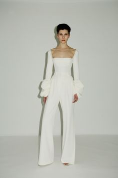 Women like to look and feel their best when they go out. One of the keys to this is understanding all about fashion and how it works. White Fashion, Look Fashion, Runway Fashion, Fashion Design, Fashion Trends, Bridal Fashion, Haute Couture Style, Bridal Jumpsuit, Bridal Pants