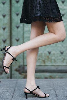 Sandalia MARTINA Medida: Altura del tacón de 5,5 cm, sin plataforma.   Composición: Charol color negro.