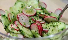Obwohl der Sommer mal wieder auf sich warten lässt, ein erfrischender Salat für die hoffentlich bald kommenden heißen Tage. Er lässt sich minutenschnell ohne schweißtreibende Anstrengungen zubereiten und übt durch die leichte Schärfe der Radieschen und des Schnittlauchs selbst an schwülheißen Tagen belebende Wirkung aus. Autorin: Renate Rezept für 2-3 Personen: 1 Salatgurke ...