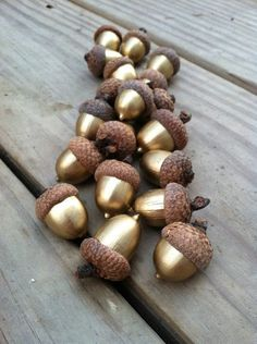 weihnachtsbasteleien eicheln glänzend weihnachtsdeko The Effective Pictures We Offer You About do it yourself knutselen A quality picture can tell you many things. Acorn Crafts, Fall Crafts, Holiday Crafts, Kids Crafts, Holiday Ideas, Summer Crafts, Crafts With Acorns, Easter Crafts, Crafts For The Home