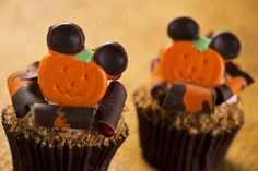New Cupcakes at Disney's Hollywood Studios (almost) to pretty to eat! Pumpkin Cupcakes with Maple Icing Topped with Sugared Pecans and Mickey Ears! Disney Thanksgiving, Thanksgiving Cupcakes, Holiday Cupcakes, Pumpkin Cupcakes, Thanksgiving Feast, Thanksgiving Crafts, Disney Cupcakes, Fun Cupcakes, Cupcake Cakes