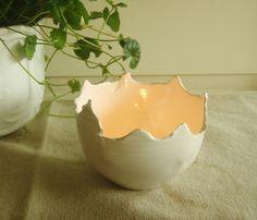 """Lysestake / """"lysegg"""" av keramikk i hvitt. Størrelse Små."""