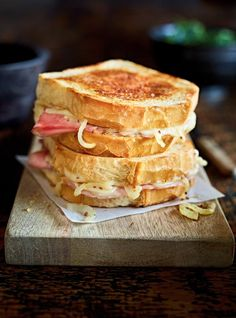 Looking for a tasty recipe for lunch? This cozy grilled ham and cheese sandwich is quick and easy to make! Grilled Ham And Cheese, Ricardo Recipe, Fun Easy Recipes, Strawberry Recipes, Street Food, Delish, Sandwiches, Yummy Food, Stuffed Peppers