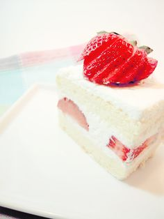 Strawberry Short Cake (japanese style) a very popular cake in Japan. Looks delicious Japanese Strawberry Shortcake, Strawberry Cakes, Strawberry Juice, Sponge Cake Recipes, Japanese Sponge Cake Recipe, Chinese Sponge Cake Recipe, Kolaci I Torte, Zucchini Cake, Vanilla Cake
