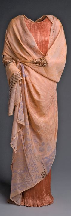 Fortuny dress (Delphos, 1907) and cape (Cnosos, 1906) exhibited at the Museo del Traje in 2010 as part of a Fortuny exhibition. Amigos del Museo del Traje