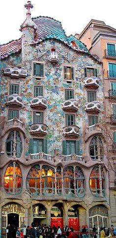 Casa Batlo in Barcelona, Cataluña                                 ik kan dit toch niet mooi vinden wat een circus!!!