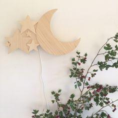 Lampe applique Lune en Bois.Cette petite lampe sera l'objet idéal pour l'histoire du soir, à accrocher au mur, ou déposer simplement sur un meuble.La petite lampe en Bois est fabriq... Lampe Applique, Decoration, Wreaths, Wood, Handmade, Home Decor, Street, Baby, Kids Rooms