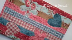 Blog sobre Costura Creativa, Patchwork y quilts con tutoriales. Textiles, Glasses Case, Projects To Try, Kids Rugs, Bags, Book Covers, Decor, Ideas, Book Jacket