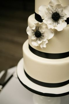 perfect black-and-white wedding cake... hard for a cake to have black without looking weird, but this is just elegant