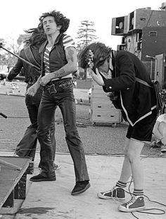 Ronald Belford Scott,(Kirriemuir, 9 de julho de 1946 — Londres, 19 de fevereiro de 1980 mais conhecido pelo nome artístico de Bon Scott, foi um cantor escocês. Ele ficou mundialmente conhecido por ser vocalista e compositor da banda de rock australiana AC/DC de 1974 até 19 de Fevereiro de 1980. faz hoje 35 anos-R.I.P.
