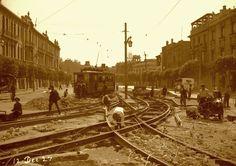 Las 10 fotografías antiguas más hermosas de Santiago | Obras de remodelación del trazado de los rieles en la Alameda en 1927. A pesar de ser un símbolo de la ciudad el tranvía decidió retirarse íntegramente de Santiago en 1957 debido a que los trolebuses y microbuses se consideraron mucho más modernos y veloces.