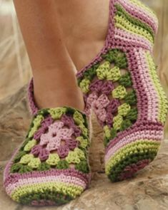 Granny Rose Slippers with Stripes and Granny Squares Crochet Pattern Free Cotton Crochet, Easy Crochet, Crochet Baby, Free Crochet, Granny Square Crochet Pattern, Afghan Crochet Patterns, Drops Design, Granny Square Slippers, Crochet Faces