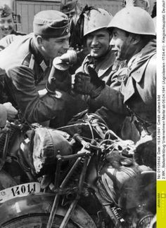 Italian and German troops joking as they meet in the Yugoslavian campaign. Outskirt of Ragusa di Dalmazia(Dubrovnik), april Robert Ryan, Italian Army, National History, Japan, Us History, Us Navy, Armed Forces, World War Two, Troops
