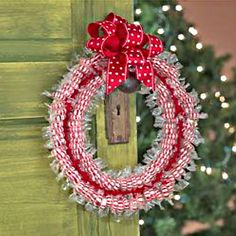 How to Make A Candy Wreath Dress up your home with a homemade Christmas wreath… Homemade Christmas Wreaths, Christmas Crafts For Gifts, Christmas Candy, Craft Gifts, Christmas Holidays, Christmas Decorations, Christmas Ideas, Holiday Ideas, Merry Christmas