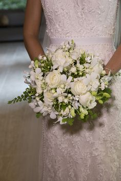 Bouquet de noiva clássico com flores brancas e verde { Foto: Flavia Vitoria }
