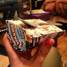 Si vous vous sentez obligé de partager votre précieux pot de crème glacé avec quelqu'un… Optez pour une solution radicale mais efficace : coupez votre pot en deux