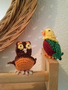 Un búho y un lorito que puedo montar como llavero o como aguja. Creados por mi $10 (cada uno) #crochet #amigurumi #craft #parrot #búho