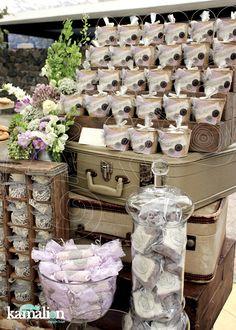 www.kamalion.com.mx - Mesa de Dulces / Candy Bar / Postres / Lila & Gris / Lilac & Gray / Vintage / Rustic Decor / Cake Pops / Flores / Decoración / Máquina de coser / Cajones.