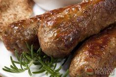 Ingredientes 300g de carne moída 1 cebola média ralada 1 colher (sopa) de creme de cebola em pó 3 colheres (sopa) de folhas de hortelã picadinhas Sal Pimenta síria Modo de preparo Misture bem todos os ingrendientes. Faça 5 bolinhas do mesmo tamanho. Com as mãos, molde a carne em torno de palitos de churrasco, como um croquete. Coloque em uma churrasqueira para assar, virando apenas quando um lado já estiver assado. Não deixe assar demais para não ficar seco e duro. Sirva em seguida.