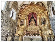 Um dia de sol em Évora | No chão da igreja, uma portinhola aberta nos revela…..uma pilha de ossos humanos. (!!) Será que é também 'obra' daquele monge (da capela dos ossos) que ...É essa aí nas fotos acima, a Igreja de São Francisco. A igreja 'per se' é como muitas outras aqui em Portugal, ou seja, construída no século 16, em estilo gótico, com uns 'toques' mouriscos…