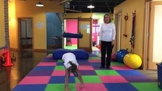 Great animal exercises for kids to help develop better brain functionality for learning in the classroom. Exercises like the bear walk, penguin walk, seal walk and … Calming Activities, Gross Motor Activities, Craft Activities For Kids, Infant Activities, Learning Tips, Kids Learning, Parenting Plan, Kids And Parenting, Parenting Classes