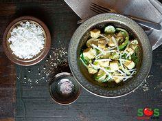 #Tofu et légumes dans une sauce au cari.  Il s'agit d'un mets de « cuisine fusion »: la technique de cuisson rapide à la chinoise est suivie ici par un assaisonnement indien.