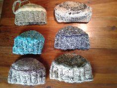 Petits chapeaux tricotés avec un brin de laine filé au rouet et retordu avec une autre laine