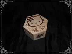 Caja pirografiada con dibujo de la Hello Kitty...  Medidas: 9x8x5 cm.