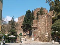 Años más tarde el rey zirí de Granada, Badis ben Habús,  ordenó reconstruir la Alcazaba, usando para su embellecimiento mármoles, columnas y estatuas del teatro romano adyacente.