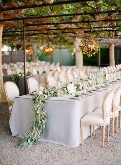 decoração com folhagens na mesa de convidados