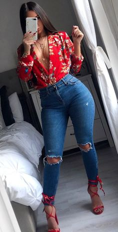 Popular Spring Outfits To Update Your Wardrobe woman holding iPhone standing beside bed. Swag Outfits, Mode Outfits, Cute Casual Outfits, Stylish Outfits, Girl Outfits, Fashion Outfits, Womens Fashion, Fashion Hacks, Petite Fashion