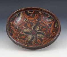 Rosemalt ølbolle med eierinitialer og dat. 1846 innvendig. D: 23,5 cm. Prisantydning: ( 5000 - 6000) Solgt for: 3800