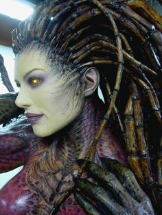 This is a life-size sculpture/statue made by Blizzard for Starcraft. They display it at their events, especially Blizzcon. Sarah Kerrigan, Queen of Blades. Prosthetic Makeup, Sfx Makeup, Costume Makeup, Alien Makeup, Scary Makeup, Eyebrow Makeup, Makeup Tips, Sarah Kerrigan, Creature Feature