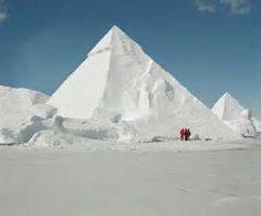 Pirámide formada por la nieve en desierto frío
