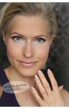 Lumene fall make-up look seen on blogger Sanni/Karkkipäivä; the key products for this beautiful nude look are Blueberry Duet Eyeshadow 8, Wild Rose Lipstick 91 and Gel Effect Nail Polish 33. #lumene #fall #trend