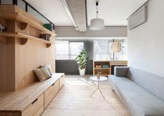Painel de madeira, sofá cinza claro e parede branco gelo. Nice...