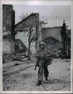 1950 Press Photo Acme Newspictures Photographer Stanley Tretick Packs Rifle