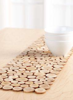 Voici un chemin de table original fait à partir de belles rondelles de bois brut de dimensions différentes mais de même épaisseur. C'est une belle idéee déco bois facile à réaliser. On colle les rondelles avec de la colle à bois sur une planche fine en...
