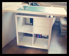 Zuschneide-/Nähtisch für kleinere Räume Corner Desk, Furniture, Home Decor, Table, Projects, Corner Table, Decoration Home, Room Decor, Home Furnishings