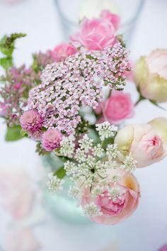 Schlicht und natürlich. Sommerfrischer Blumen-Probetisch von Die Kathe