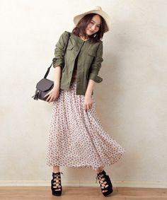 小花柄ロングスカートとカーキ色ジャケットでカジュアルガーリーに♪ 花柄フェミニン スタイル ファッション コーデ♡