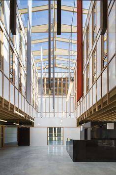 Au cœur du Campus universitaire de Saint Quentin en Yvelines à Guyancourt, la maison de l'étudiant se présente comme un monolithe de bois revêtu d'acier