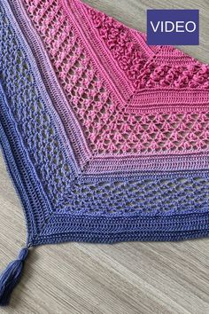 Learn how to make a Kerze Hasenschwanz Schal. This dreieck schal consists of flower stitches and gradient yarn. You can find the free video-tutorial uff. Crochet Pattern Free, One Skein Crochet, Crochet Shawl Free, Crochet Scarves, Basic Crochet Stitches, Crochet Clothes, Crochet Patterns, Crochet Roses, Crochet Bags