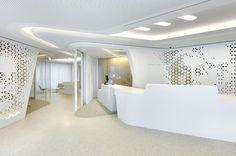 Le studio suisse NAU a réalisée le design d'intérieur de la Raiffeisen bank. L'espace a été pensé pour dissoudre les barrières traditionnelles existantes entre clients et employés, en quelque sorte la création d'un nouveau type de «banque ouverte», un espace de rencontre.