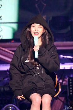 Kpop Fashion, Korean Fashion, Fashion Outfits, Clothing Hacks, Lady And Gentlemen, Woman Crush, Korean Beauty, Wearing Black, Korean Singer